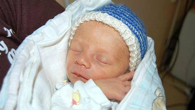 Dominik KINDL z Rokycan přišel na svět 2. listopadu. Narodil se ve 21 hodin a 43 minut. Maminka Nikola a tatínek Lukáš si nechali pohlaví svého prvního dítěte do poslední chvíle jako překvapení. Malý Dominik vážil při narození 2420 gramů, měřil 47 cm.