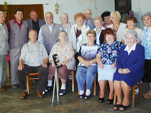 Spolužáci, kteří opouštěli mirošovskou měšťanku v roce 1943, se sešli Na Zámecké.