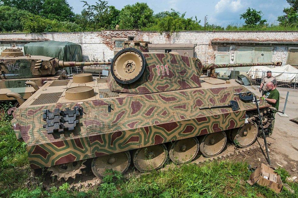 Replika německého tanku Pzkpfw V Panther. Tank byl postaven během tří měsíců na zakázku ruské filmové produkce v měřítku 1:1. Pro podvozek byla využita část tanku VT- 55.