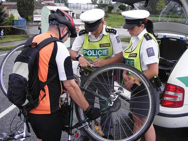 Na cyklisty z okresu si během páteční dopravní akce posvítili policisté.
