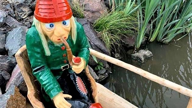 Nová figurka nahradila ukradeného vodníka.