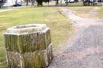 Smutný je pohled na část trávníku pod rokycanskými hradbami v místech pod brankou mezi děkanstvím a masnými krámy. Zeleň je tam nenávratně rozježděná.