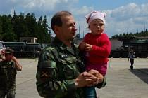 VELKOU RADOST dělá v životě Milana Albrechta jeho vnučka Markétka. K armádě ji vede od malička.