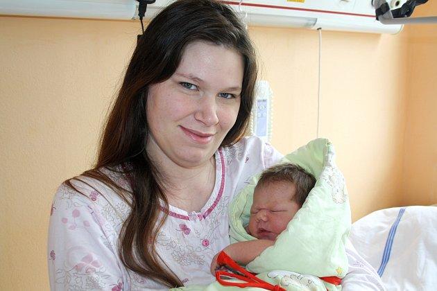 LUCIE ŠÍSTKOVÁ z Rokycan se narodila 17. května, minutu po jedenácté večer. Maminka Monika a tatínek Jan věděli dopředu, že se jim narodí holčička. Doma už mají prvorozeného syna Honzíka (2 roky). Lucinka vážila 3780 gramů, měřila 52 cm.
