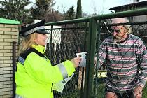 Hana Bialoňová z Městské policie Mýto předávala včera obyvatelům chatových oblastí letáček s informacemi, jak správě chránit rekreační objekty. Na snímku je také Zdeněk Křivánek, který žije nedaleko Kařízku v chatě celoročně.