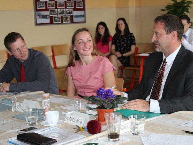 Mezi maturanty v Gymnáziu Rokycany byla i Adéla Červenková z oktávy. Na snímku ji právě z angličtiny zkouší Jan Zítek (vpravo), přísedícím byl Daniel Kohout. Ze záběru je patrné, že otázky  mladá dáma zvládala s přehledem.