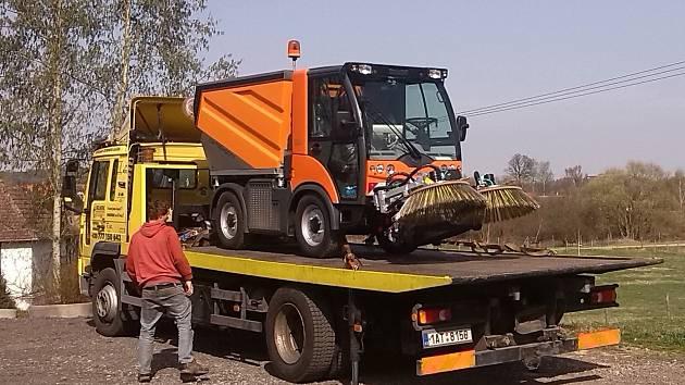 MULTIFUNKČNÍ pracovní stroj Multicar TREMO Carrier v Kařezu bude obsluhovat proškolený pracovník. Sloužit bude hlavně na úklid veřejných prostranství.