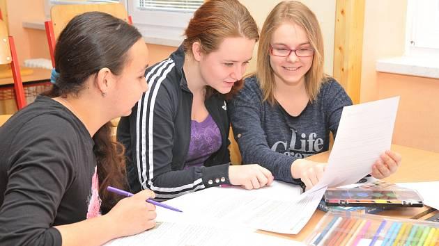 NELA HOMOLOVÁ, Lucie Ciplová a Kristýna Holotová se aktivně zapojily do soutěžně naučného projektu Rozumíme penězům a celkového finančního vzdělávání, kterému se na škole dlouhodobě a systematicky věnují.