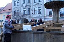 Kašna na rokycanském Masarykově náměstí už má zimní čepici. O zakrytí se postaralo kvarteto na snímku ve složení Zdeněk Trnka, Dominik Kubiš, Vlastislav Soukup a Václav Slanec.