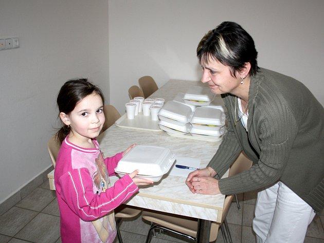 Valérie Doubková ze Zbiroha si pravidelně chodí do školní jídelny v ZŠ TGM pro svačinky. Na snímku ji právě předává Ivana Bednářová.