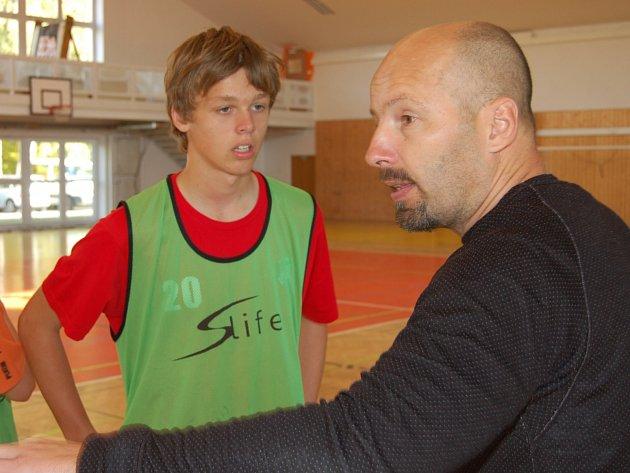 Bořek Hanzlík (vpravo) vedl při okresním finále v házené týmy TGM. Větší radost mu udělala děvčata.