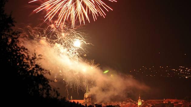 Páteční večer zakončil slavnostní ohňostroj nad kostelem.