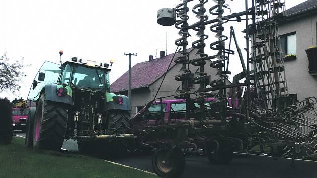 V ÚTERÝ ODPOLEDNE se projíždějícímu traktoru na Vitince sklopily brány. Poškodily stojící dodávku.