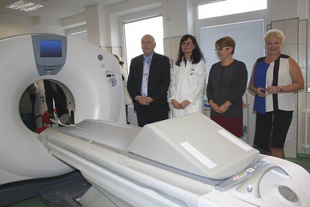 V ROKYCANSKÉ NEMOCNICI byl včera do provozu uvedeno vytoužené CT. Nové vyšetřovací zařízení, pořízené za peníze od Plzeňského kraje, si v doprovodu ředitelky nemocnice Hany Perkové (vpravo) a primářky Gabriely Šleisové prohlédl i hejtman Václav Šlajs.
