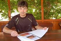 STAROSTA RAKOVÉ František Bůcha včera listoval projektem dalších úprav ve sportovním areálu.