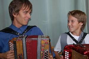 Beznadějně vyprodaný byl v sobotu večer sál Lidového domu v Cheznovicích. Premiérová přehlídka hráčů na heligónku přitáhla stovky milovníků lidové muziky.