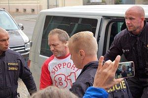 Policejní eskorta dovezla k rokycanskému soudu obviněného Alberta Aliu.
