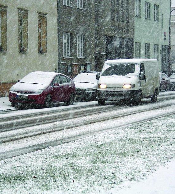Vydatné sněžení začala včera ráno. Způsobilo problémy na některých místech našeho okresu. Podle meteorologických předpovědí se situace výrazněji zlepší už dnes.