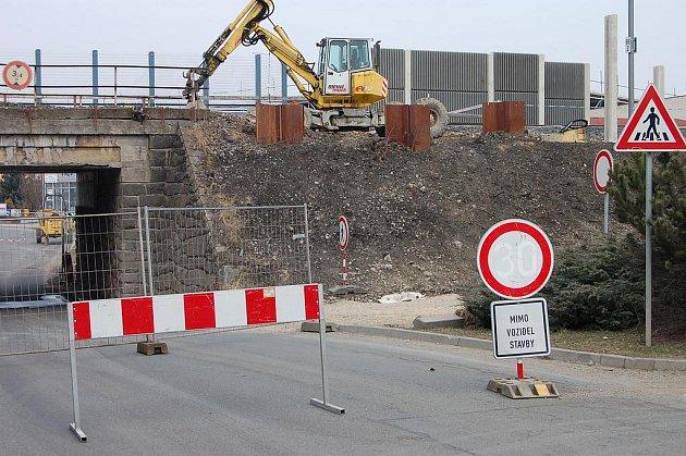 Podjezd u zimního stadionu je uzavřen. Od 14. března do 1. června neprojedou motoristé  pod viaduktem v blízkosti zimního stadionu. Důvodem je rekonstrukce železniční trati, ale řidičům tečou v kolonách občas nervy.