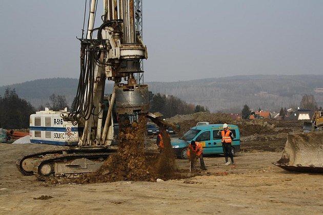 Za pomoci těžké techniky připravuje přibližně padesát stavebních dělníků v Ejpovicích základy pro další rozšíření  prostor přepravní a logistické firmy Geis.