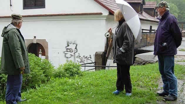 """Hamr v Dobřívě, čerstvě opravenou národní památku, """"vyzdobil"""" v noci na čtvrtek vandal."""