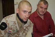 Po půlročním pobytu v Afghánistánu se do rodných Rokycan vrátil vojenský policista Jaroslav Moravec mladší (vlevo). S otcem nyní spřádá plány, zda u této armádní složky zůstane nebo to zkusí třeba u dopravní policie.