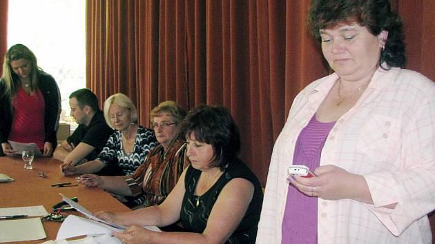 V Kařeze předsedkyně okrskové volební komise Eva Bozděchová, druhá zprava, těsně před sobotní 14. hodinou kontrolovala účast voličů a Vladislava Kinclová, místopředsedkyně, odměřovala poslední okamžiky do zavření místnosti.
