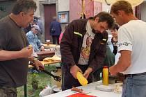 Hasiči z Radnic se podílejí na akcích města. Při sobotním X. Dnu Radnic byl u jich stánku s uzeninami a nápoji stále zástup čekajících. Jednoho z návštěvníků právě obsluhuje Martin Auterský.