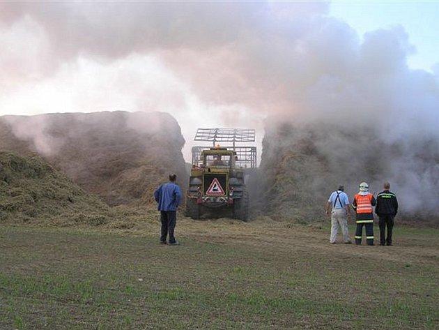 Od brzkých ranních hodin likvidují hasiči na Rokycansku požáry tří stohů v majetku jediné firmy.