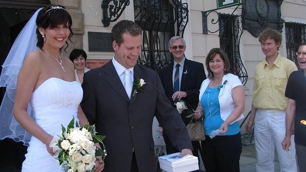 Snoubenci Alena Halířová a Tomáš Šandara si navzdory sobotní tradici řekli ANO ve středu a vybrali si opravdu prosluněný den. Přesto jim ale pršelo i štěstí, a sice v podobě rýže, kterou je zasypali svatebčané.