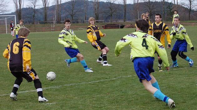 V krajské soutěži dorostenců jsou na tom ve skupině B nejlépe mladíci FC Rokycany B (v tmavších dresech). V sobotu ráno zvítězili 5:1 v Hrádku nad vrstevníky TJ.