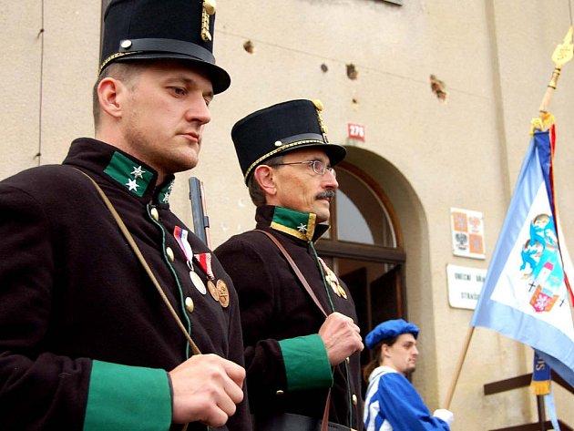 Rekonstruovaná obřadní síň ve Strašicích přivítala první návštěvníky. O nevšední úvod se postarali vojáci v uniformách rakousko–uherské armády. Vypálili před radnicí salvu a zopakovali ji i v bývalých kasárnách, kde dnes sídlí knihovna.