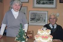 V bušovickém úřadě oslavili devadesátiny Břetislava Brabence. Na snímku je se sestrou Květou Jarošovou.