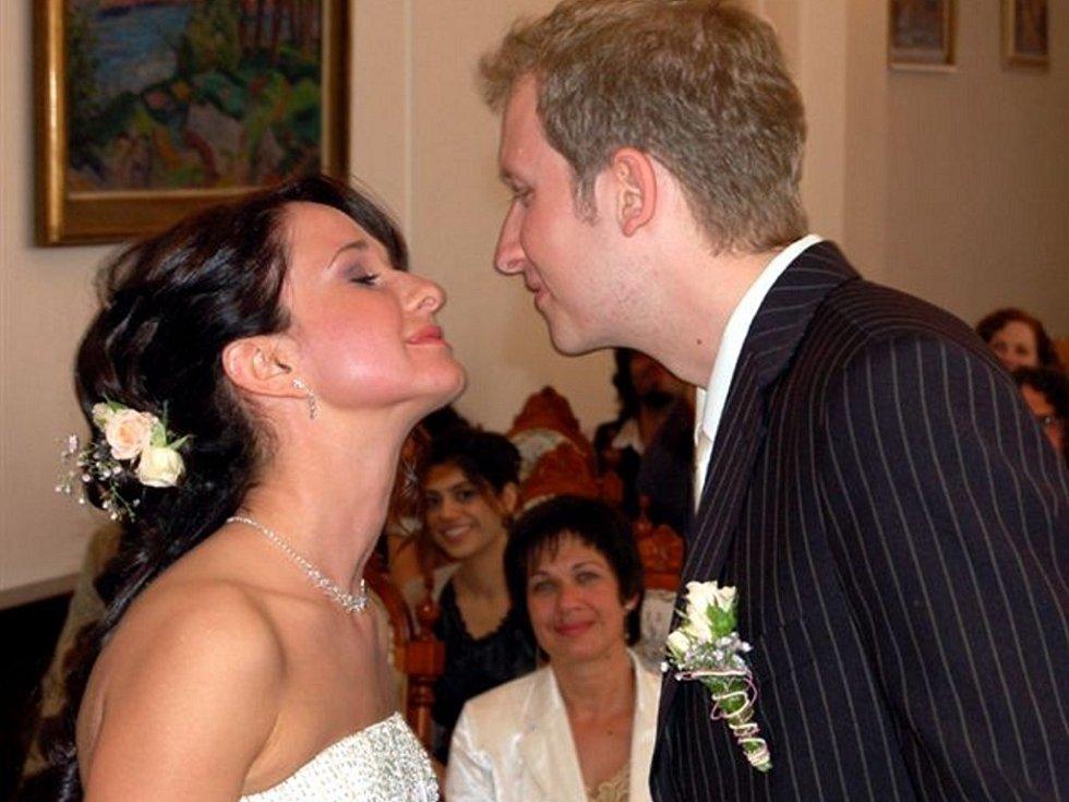 V obřadní síni rokycanské radnice v pondělí po 14. hodině vstoupili do stavu manželského Petr Pinkas z Plzně a Olena Ševčenko z Kyjeva.