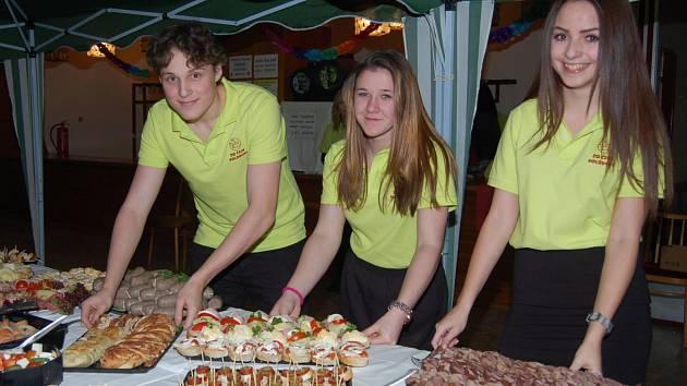 MLADÍ CHOVATELÉ voldušské organizace (zleva Matěj Hádlík, Adéla Čechová a Kristýna Hádlíková) se v silvestrovském večeru zapojili do přípravy rautového stolu.