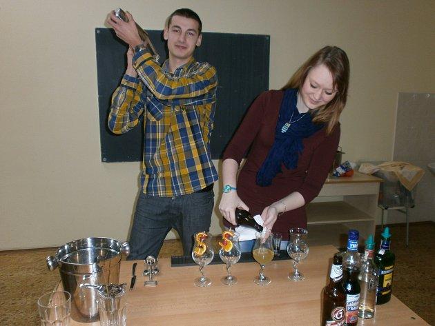Nácvik barmanů v jedné z učeben SŠ v Jeřabinově