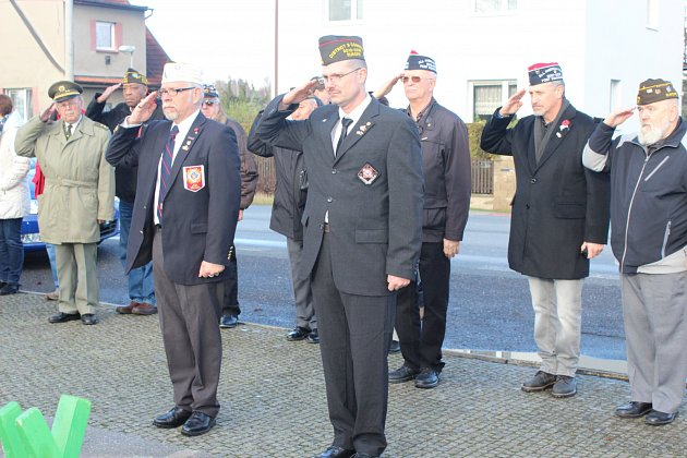 AMERIČTÍ VÁLEČNÍ VYSLOUŽILCI si o víkendu připomněli Den veteránů. U pomníku na demarkační linii v Borku se poklonili padlým předkům příslušníkům armád USA a Sovětského svazu ve II. světové válce.