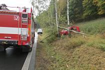 MOTORISTKA SVŮJ vůz zapasovala nedaleko Zbiroha do stromu. Z automobilu ji vystřihávali hasiči.