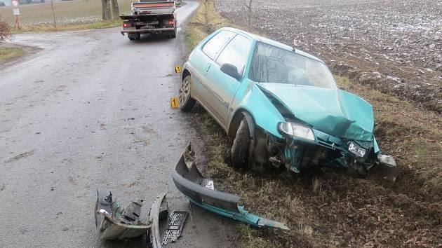MOTORISTA skončil se svým vozem v příkopu. Dechová zkouška prokázala, že před jízdou požil alkohol.