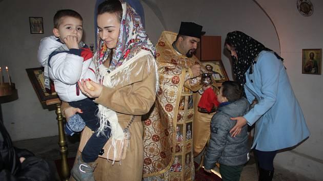 VÁNOČNÍ bohoslužba přilákala včera do kostela Nejsvětější Trojice v Rokycanech ty pravoslavné věřící, kteří v případě svátků dodržují starý kalendář, a tak slavili teprve Boží hod.