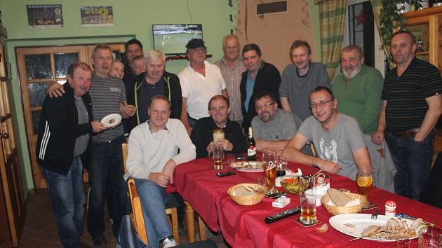 BÝVALÉ SPOLUHRÁČE, přátele i kolegy ze společnosti Rumpold pozval Pavel Grimm (sedící v černém) na sklonku týdne do restaurace stadionu FC Rokycany v Husových sadech.