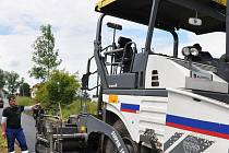 Upravit a položit nový živičný povrch návsi v Ostrovci trvalo specializované firmě pět dnů. Stejná se zabývala i asfaltováním silnice ve druhé části obce –  Lhotce.