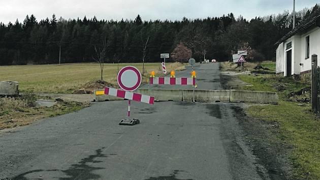 Ve směru z Volduch na Březinu motoristé od pondělí neprojedou. Silnici blokují betonové zátarasy.