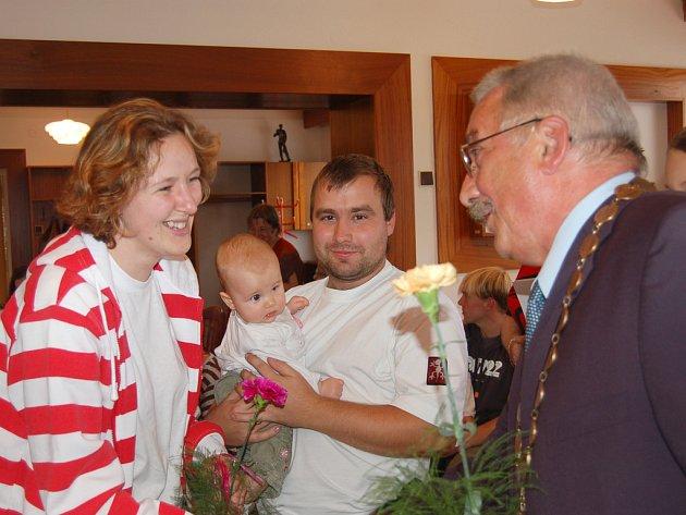 Hrádečtí přivítali o víkendu tucet nedávno narozených dětí. Byla mezi nimi Michaelka Kovářová a rodičům poblahopřál starosta města Jaroslav Perlík.