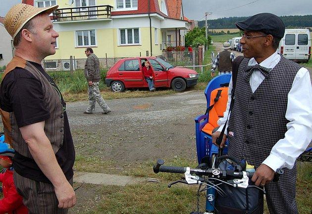 Cyklista z afrického kontinentu Gabriel Habtu z Eritree byl určitě nejvzdálenějším účastníkem 21. ročníku Voldušské šlapky. Přivítal ho Pavel Sýkora.