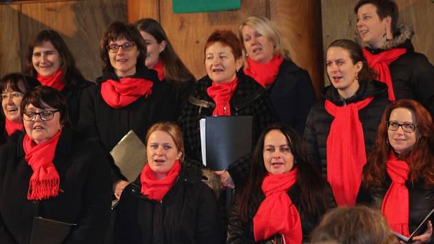 Smíšený pěvecký sbor pod vedením Zuzany Kuncové.