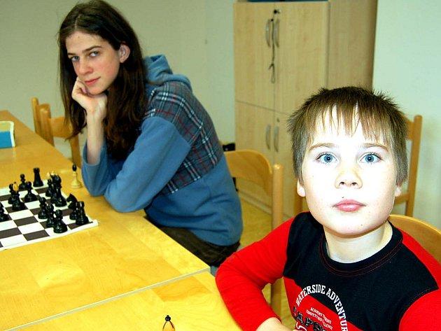 V klubovně rokycanského Domu dětí a mládeže se utkali mladí šachisté. V kategorii těch starších dominoval Martin Hamáček (vlevo), vedle něho je Martin Kadlec.