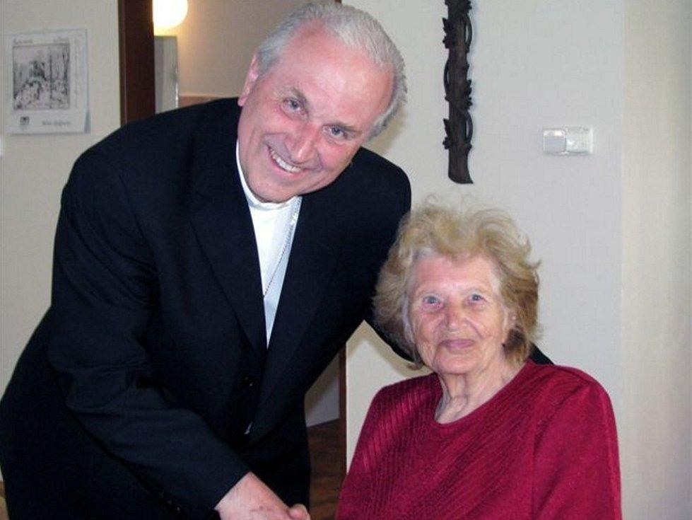 Biskup Radkovský při návštěvě Domova pokojného stáří v Rokycanech obešel klienty a promluvil si s nimi.  Na snímku je zachycený při rozpravě s  Annou Novou.