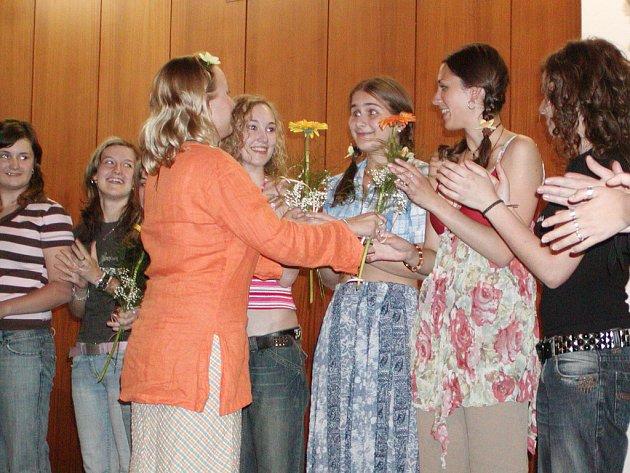 Děvčata ze třídy Zuzany Dvořákové vystoupila v sále rokycanské ZUŠ.