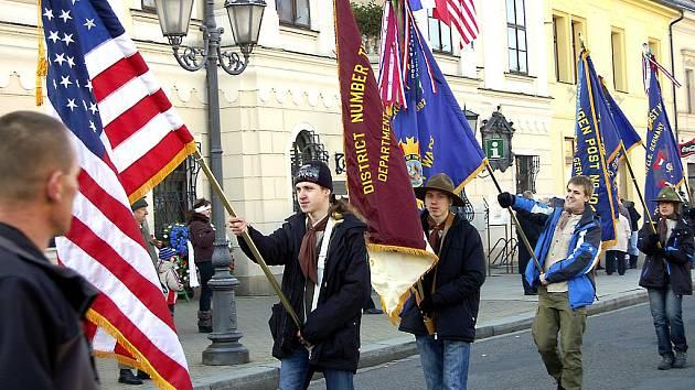 Na Masarykově náměstí v okresním městě vrcholil další ročník oslav Dne veteránů. Místní skauti se ujali praporů amerických hostů, kteří dorazili většinou ze základny v Německu.